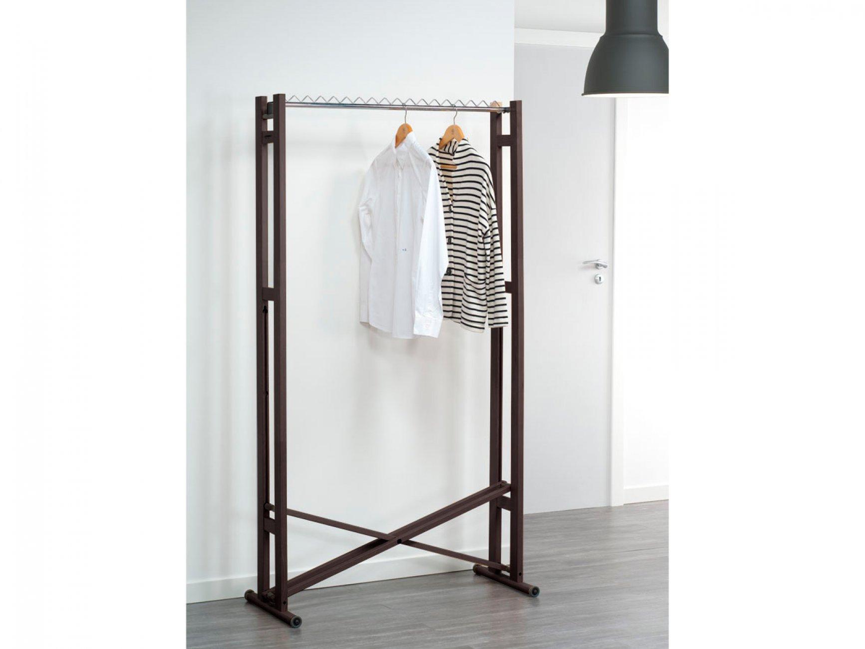 Итальянская вешалка Стойка для одежды Snake 90 Foppapedretti деревянная цвет венге, светлые стены, серый пол, рубашка и кофта висит на вешалке